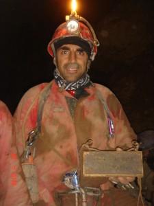 Fabrizio Viezzoli con la targa lasciata da Rino Ricatti sul fondo nella spedizione del 1975